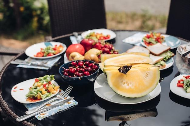 Selektiver fokus des schmetterlinges auf gelber süßer melone