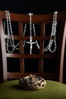 Selektiver fokus einer schönen gleitenden schmuckschatulle und einer glänzenden halskette, die am stuhl hängt