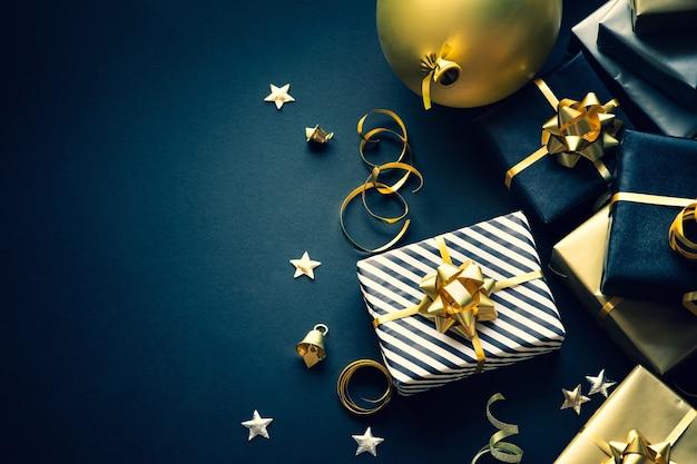 Selektiver fokus. gruppe von geschenkboxen und partyverzierungen. frohe weihnachten, weihnachten und neujahrsfeierkonzepte. platz kopieren Premium Fotos
