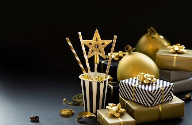 Selektiver fokus. gruppe von geschenkboxen und partyverzierungen. frohe weihnachten, weihnachten und neujahrsfeierkonzepte. platz kopieren