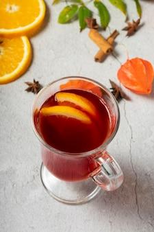 Selektiver fokus, heißes getränk, erwärmter rotwein mit früchten aus orangen und äpfeln, mit gewürzen aus anis und zimt