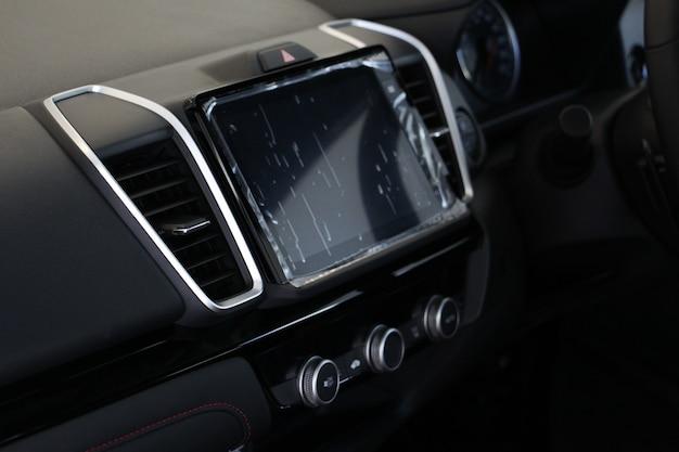 Selektiver fokus innenraum eines modernen autos, autoklimaanlage mit bildschirmanzeige auf der konsole.