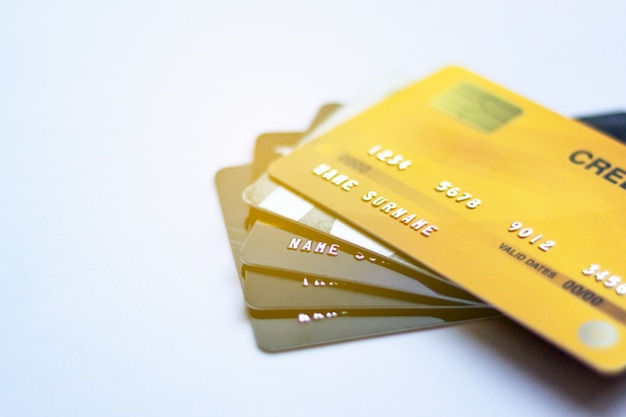 Selektiver fokus kreditkarte auf weißem tisch, wird für bargeldersatz verwendet und online gekauft oder produkte bezahlt oder rechnungen bezahlt
