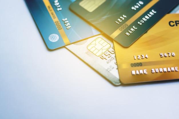 Selektiver fokus kreditkarte mit hintergrund, verwendet für bargeldersatz und online kaufen oder produkte bezahlen oder rechnungen bezahlen