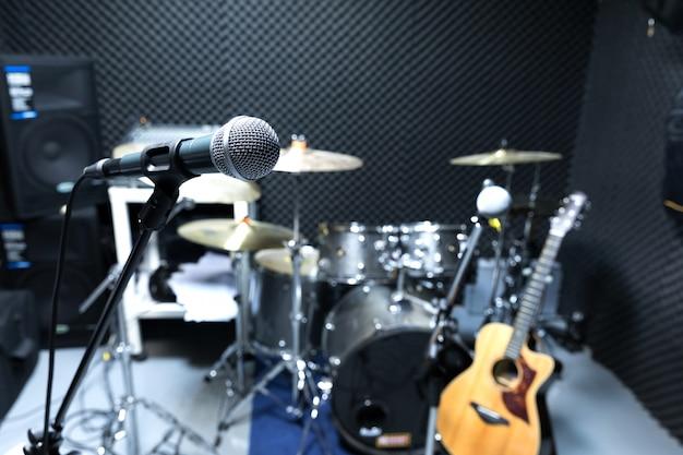 Selektiver fokus mikrofon und unschärfe musikausrüstung gitarre,
