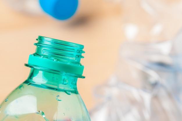 Selektiver fokus, plastikflasche bereiten abfall auf
