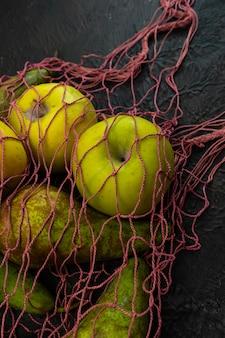 Selektiver fokus, saisonale früchte, birnen und äpfel in einem bio-saitensack