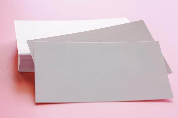 Selektiver fokus von leeren visitenkarten