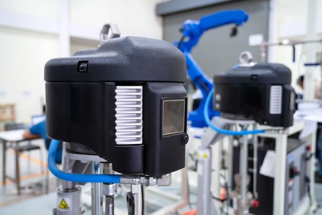 Selektiver fokus zur hochdruckpumpe für roboterglasabdichtung in der herstellungsanlage