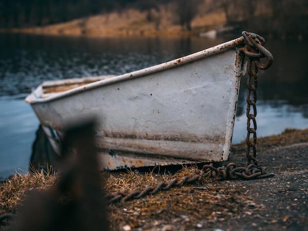 Selektiver fokusschuss eines alten bootes auf dem wasser