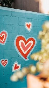 Selektiver fokusschuss von graffiti der roten und weißen herzen