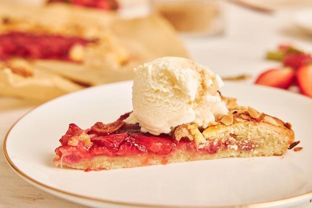 Selektiver fokusschuss von köstlichem rhabarber-erdbeer-gallat-kuchen
