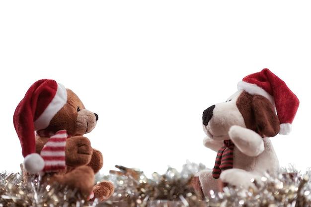 Selektiver fokusschuss von puppen mit weihnachtsmützen