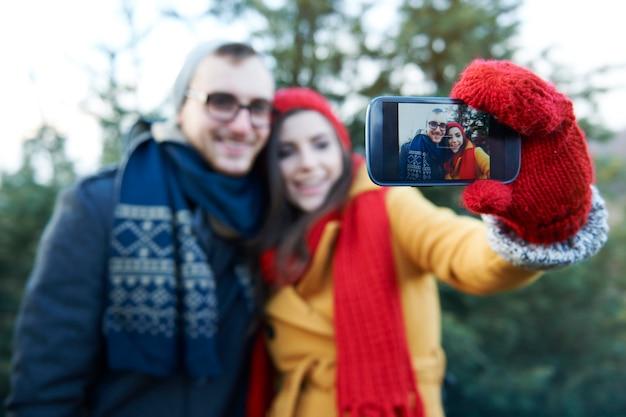 Selfie bei der auswahl des weihnachtsbaumes