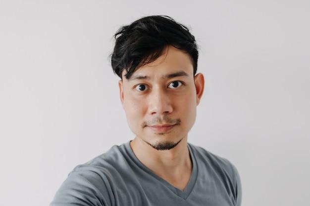 Selfie-foto von mann im blauen t-shirt auf weißem hintergrund