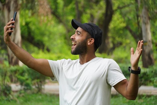 Selfie machen und fröhlichen gesichtsausdruck zeigen