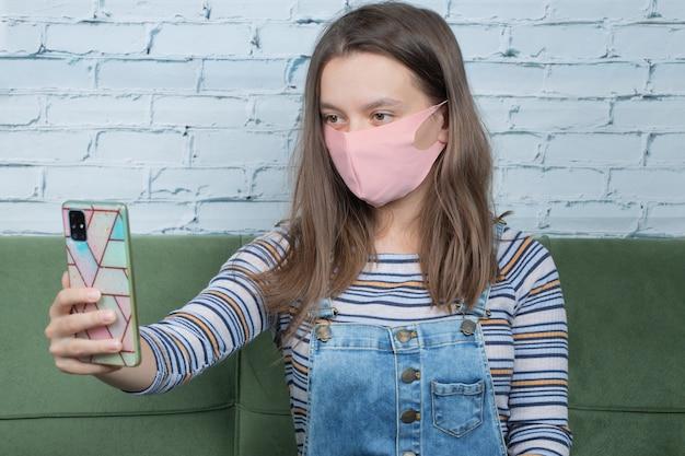 Selfie nehmen, während gesichtsmaske für schutz der deckung verwendet wird