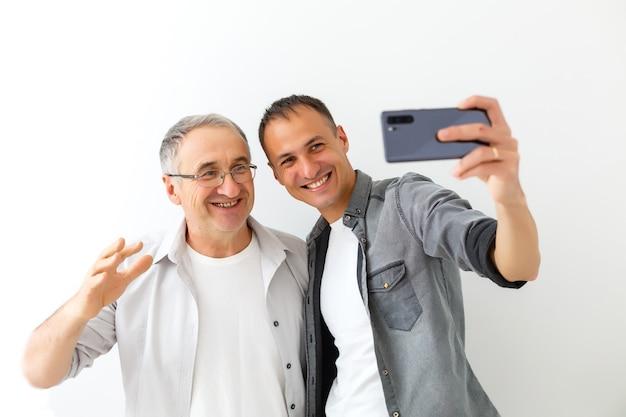 Selfie-sohn und -vater, das konzept von familienwerten und selfie-foto