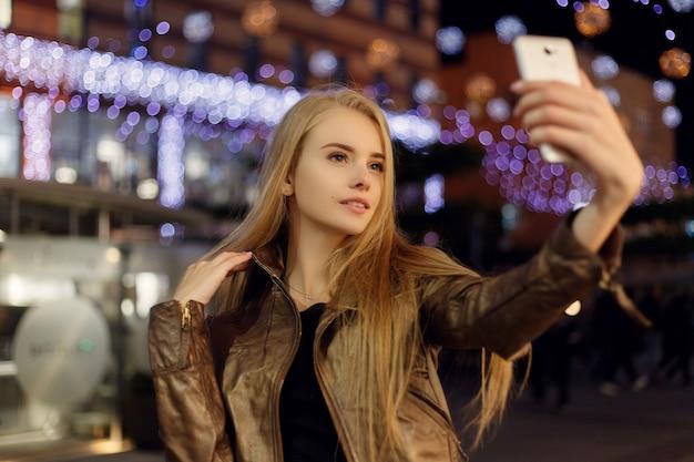 Selfie-zeit, junge funky bloggerin macht foto für ihre soziale netzwerkseite
