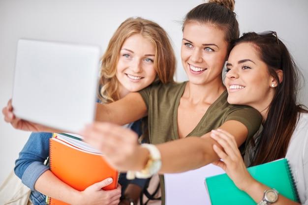 Selfie-zeit mit freunden auf dem campus