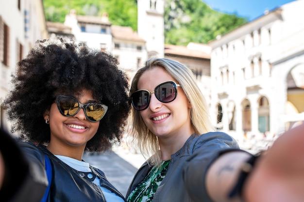 Selfies in der stadt zwischen zwei freunden