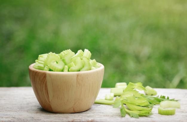Selleriescheiben auf schüssel für die gesunde ernährung mit ballaststoffen
