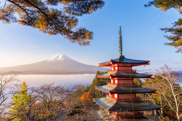Seltene szene der chureito-pagode und des fuji mit morgennebel, japan im herbst