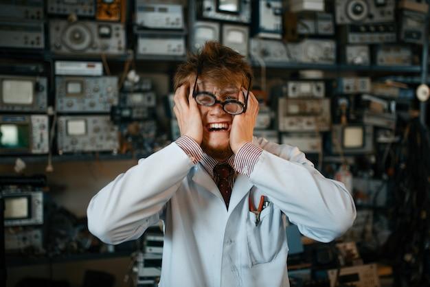 Seltsamer wissenschaftler ist in seinem labor verrückt geworden. labor-ausstattung