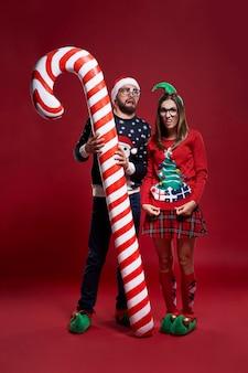 Seltsames weihnachtspaar mit zuckerstange