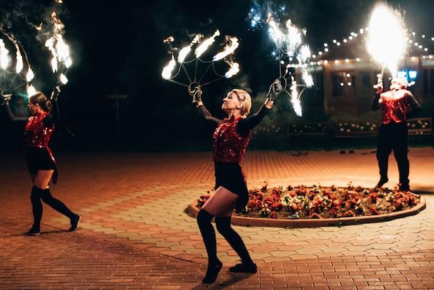 Semigorye, ivanovo oblast, russland - 26. juni 2018: feuershow. mädchentänzer spinnen fackeln.