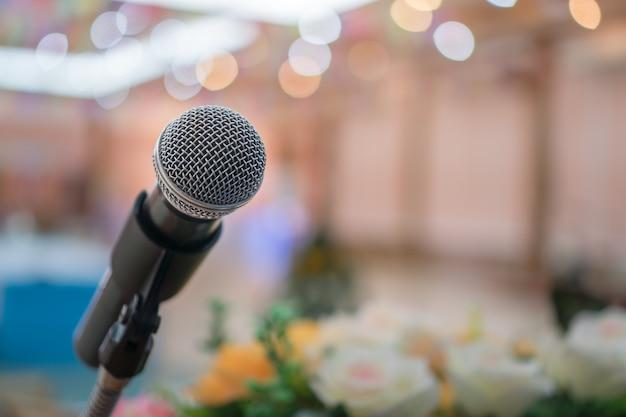 Seminarkonferenzkonzept: mikrofone für sprache oder sprechen im seminarkonferenzsaal, bereiten sie sich auf einen vortrag vor der publikumsuniversität vor. geschäftstreffen oder bildungsunterricht iimage