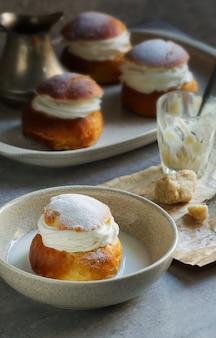 Semla oder semlor, vastlakukkel, laskiaispulla ist eine traditionelle süße brötchen in verschiedenen formen in schweden, finnland, estland, norwegen, dänemark, vor allem faschingsmontag und faschingsdienstag