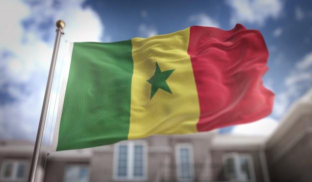 Senegal-flagge 3d-rendering auf blauem himmel gebäude hintergrund
