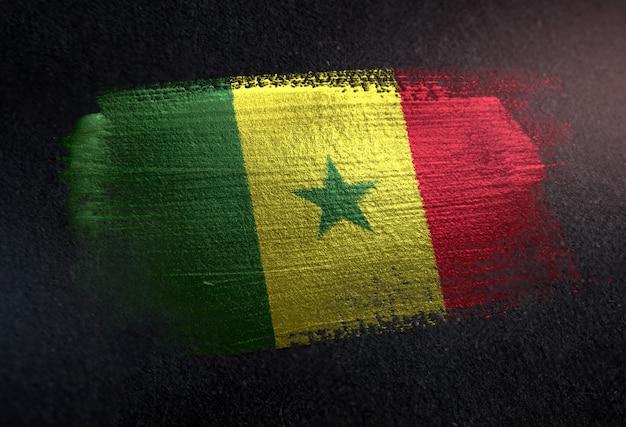 Senegal-flagge gemacht von der metallischen bürsten-farbe auf dunkler wand des schmutzes