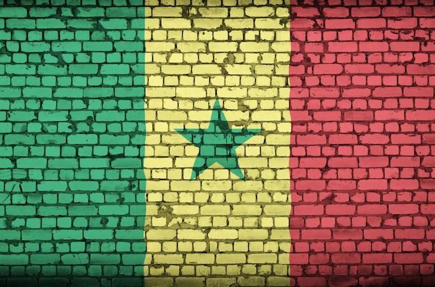 Senegal-flagge wird auf eine alte backsteinmauer gemalt