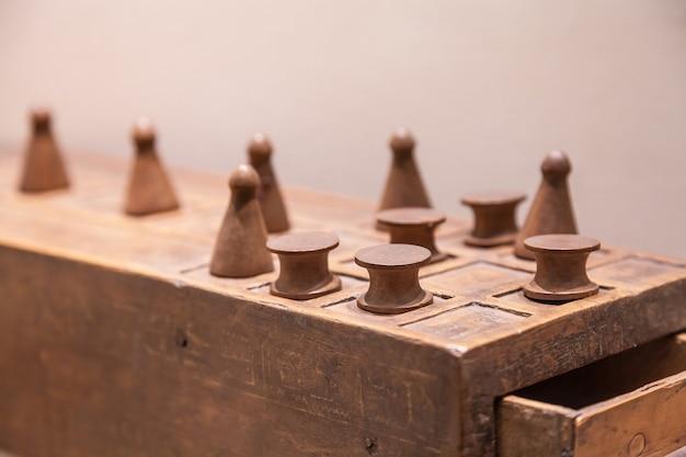 Senet ist eines der ältesten bekannten brettspiele, 3.500 v. chr. dies ist der vater des schachspiels.