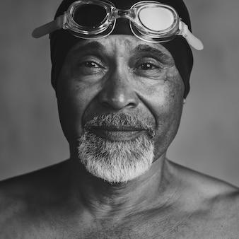 Senior afroamerikanischer schwimmer, aktiv im alter