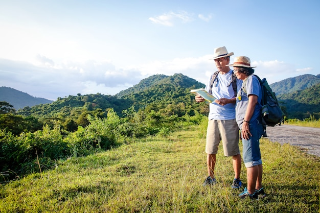 Senior asian couple trekking, reisen, ein glückliches leben im ruhestand führen gesund