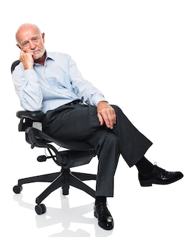 Senior auf dem stuhl