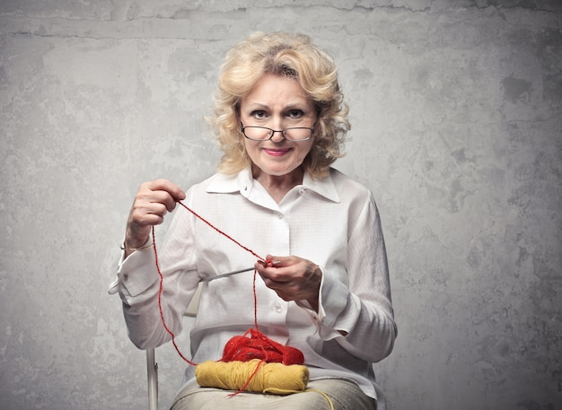 Senior dame häkeln