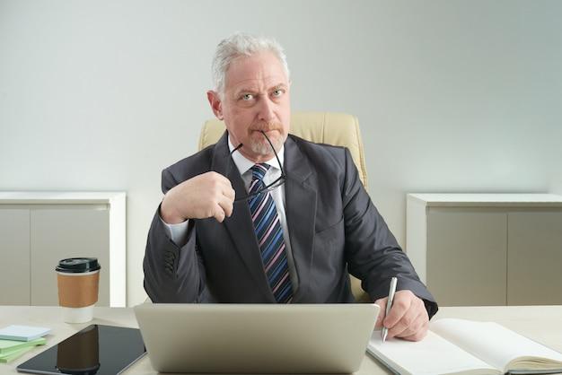Senior entrepreneur in arbeit eingewickelt