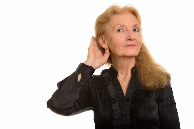 Senior geschäftsfrau hört zu