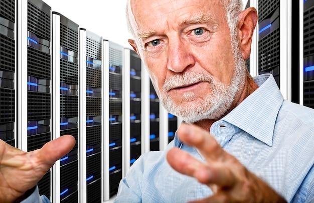 Senior im rechenzentrum mit vielen servern
