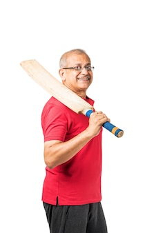 Senior indischer asiatischer gesunder sportler, der einzelsport oder gymnastik spielt, isoliert auf einfarbigem hintergrund