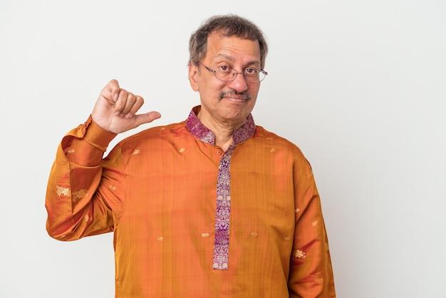 Senior indischer mann trägt ein indisches kostüm isoliert auf weißem hintergrund zeigt eine abneigung geste, daumen nach unten. meinungsverschiedenheit konzept.