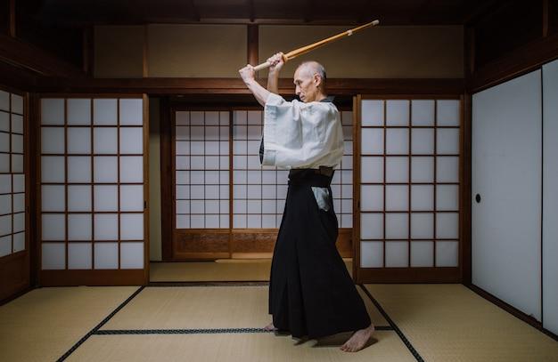 Senior kampfkunstmeister in seinem dojo