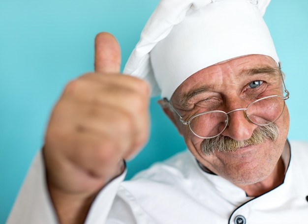 Senior koch mit schnurrbart