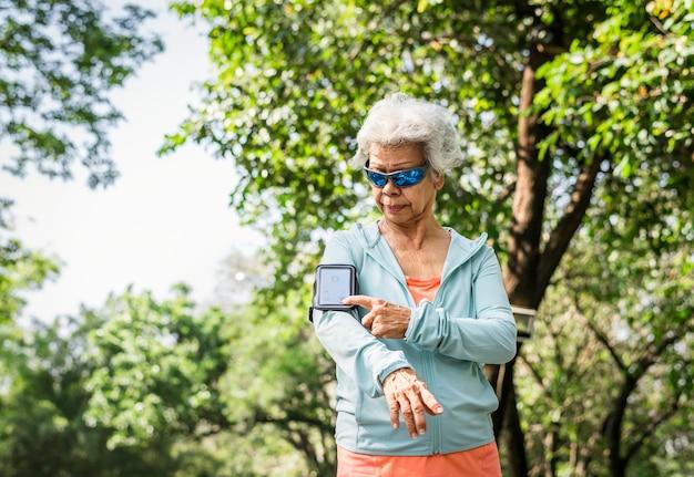 Senior läufer mit einem fitness-tracker