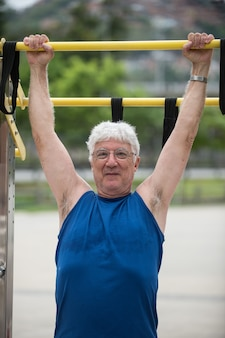 Senior macht bar als körperliche aktivität