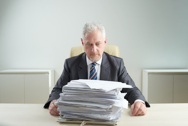 Senior manager von der arbeit überwältigt